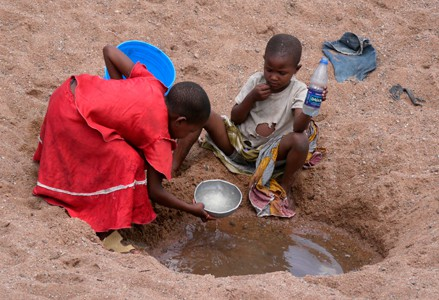 Children collecting water (Tanzania)