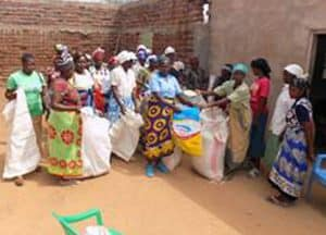 Women in Kibwezi receiving food (Kenya)